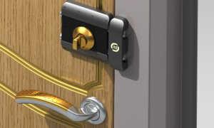 Как правильно выбрать и самостоятельно установить накладной замок на деревянную дверь