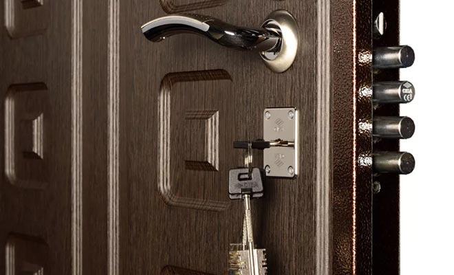 врезной замок в металлической двери