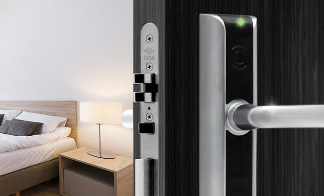 дверь гостиничного номера